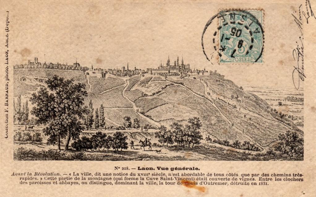 zicht op de stad en de hellingen met wijnranken
